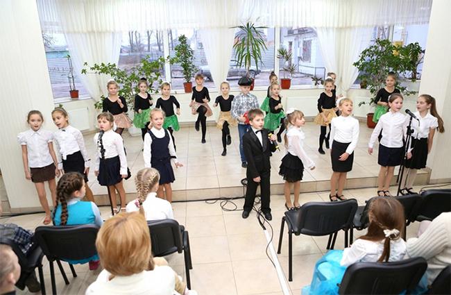 В Школе гуманитарного труда  с днем  Святого Николая поздравили детей херсонских пограничников