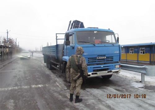 На адміністративній межі прикордонники затримали «КамАЗ» та «Lexus»