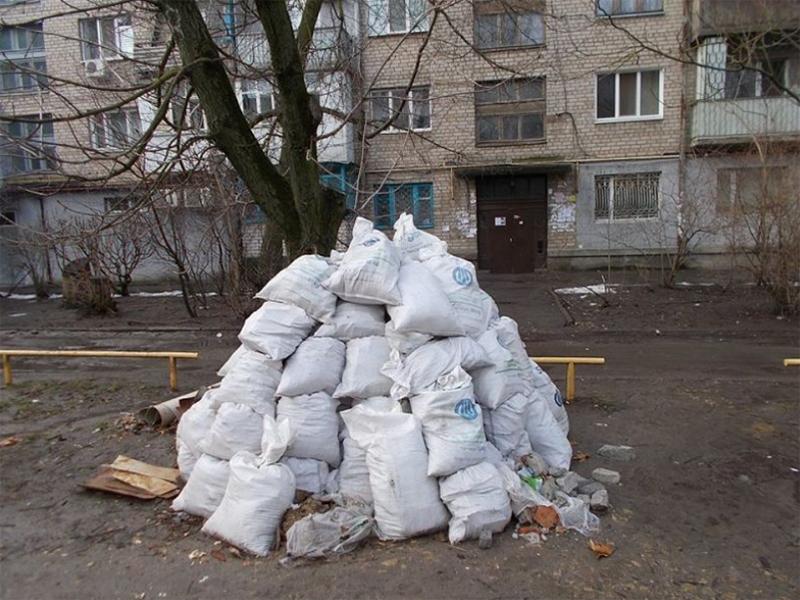 Жители многоэтажек Херсона завалили дворы строительным мусором