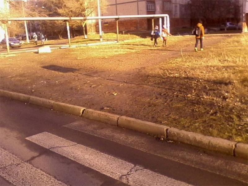 Пешеходный переход в никуда заставляет херсонских школьников рисковать жизнью