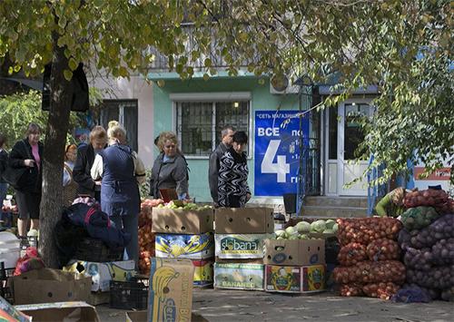 Рынки Херсона пустеют, а стихийная торговля процветает