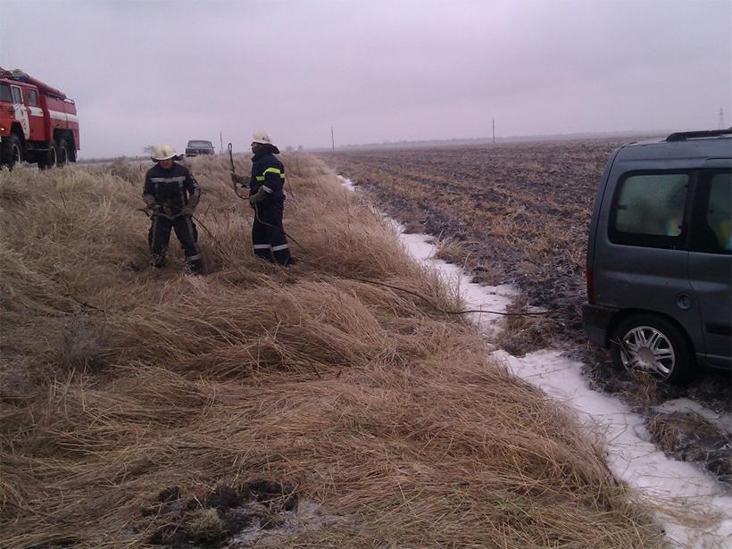 Через складні погодні умови на Херсонщині автомобіль з'їхав з дороги