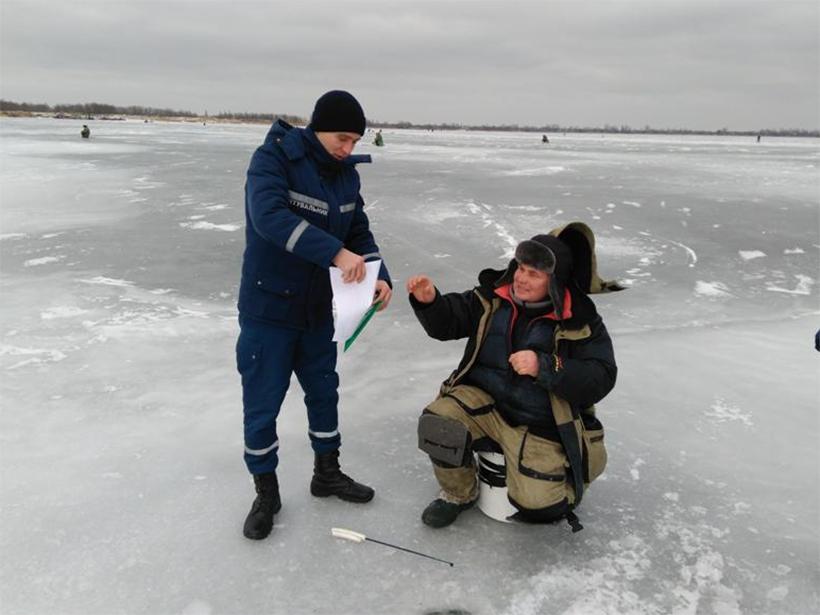 Рятувальники Херсонщини розповідають про безпеку під час зимової риболовлі