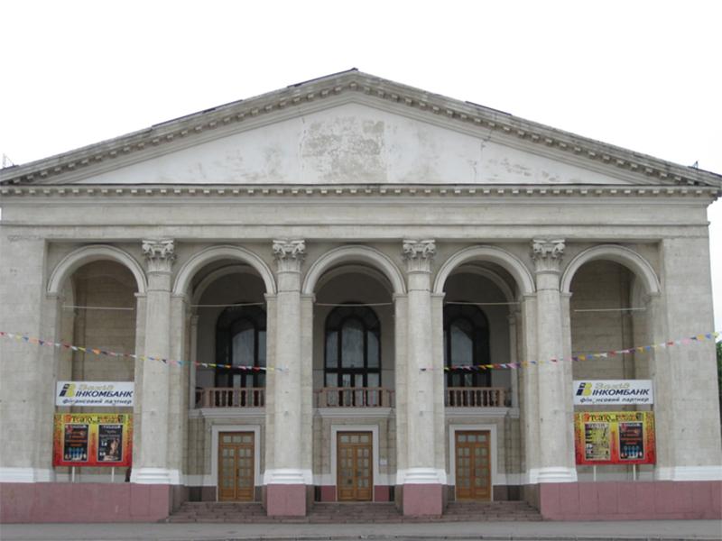 Руководить театром в Херсоне не хотят?