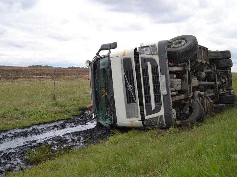 Перевернулась фура: водителя спереломанными ногами зажало вкабине 3