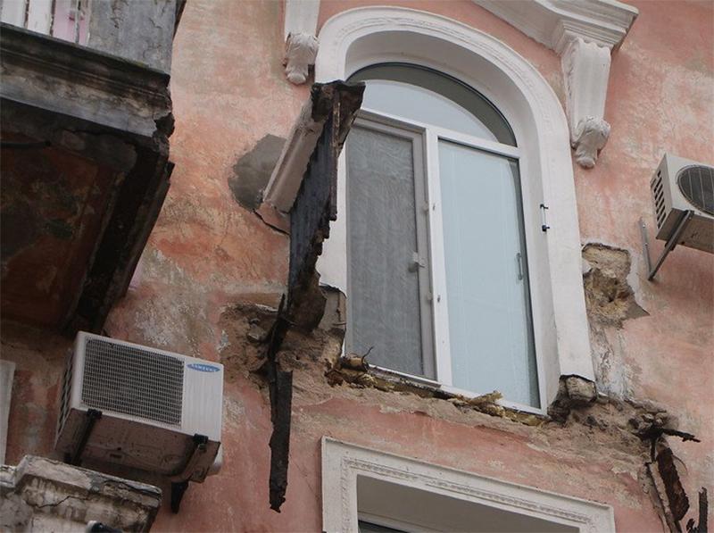В Херсоні обвалилася частина балкону разом із людьми