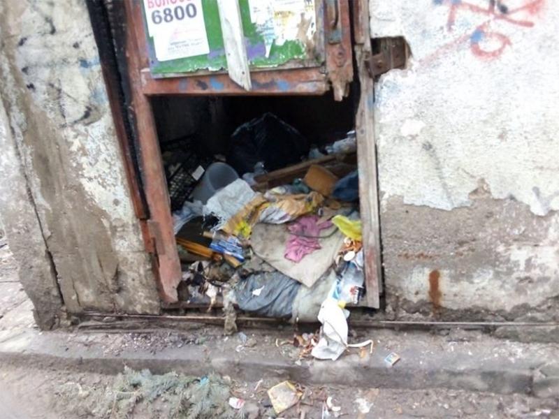 Херсонцы складируют мусор в самых неожиданных местах
