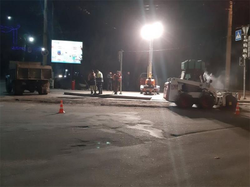 Ночные ремонты дорог в Херсоне продолжаются