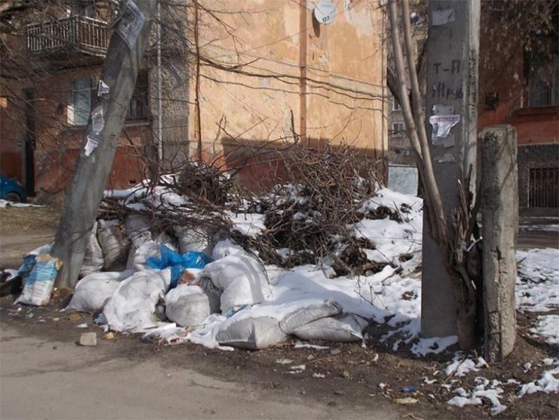 Херсонцы продолжают заваливать город мусором