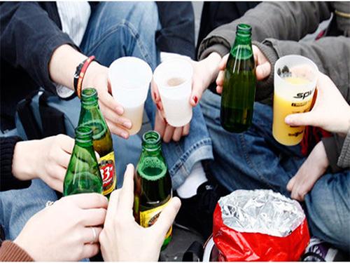 Пьяных школьниц собирают медики на улицах Херсона