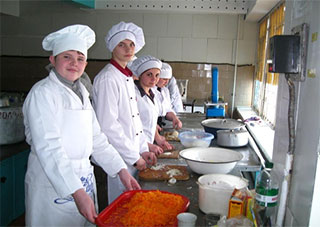 Как геничане украинских солдат кормят