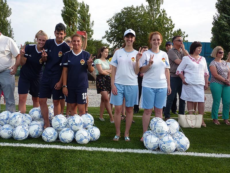 Новые мячи и новый стадион для детворы на Херсонщине