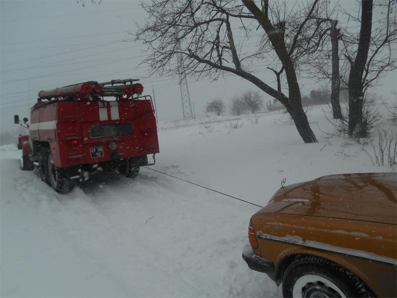 На Херсонщині рятувальники продовжують допомагати водіям в складних погодних умовах