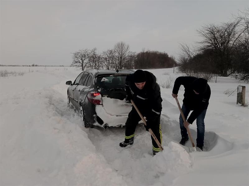 На нечищених автодорогах Херсонщини рятувальники допомогли п'ятьом водіям