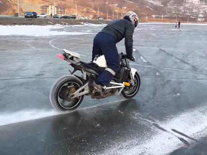 Как на Херсонщине парень проехался по льду на мотоцикле