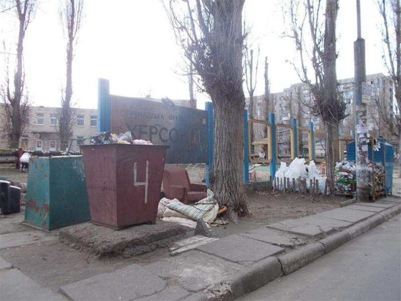 Жители спальных районов Херсона сваливают мусор, где попало