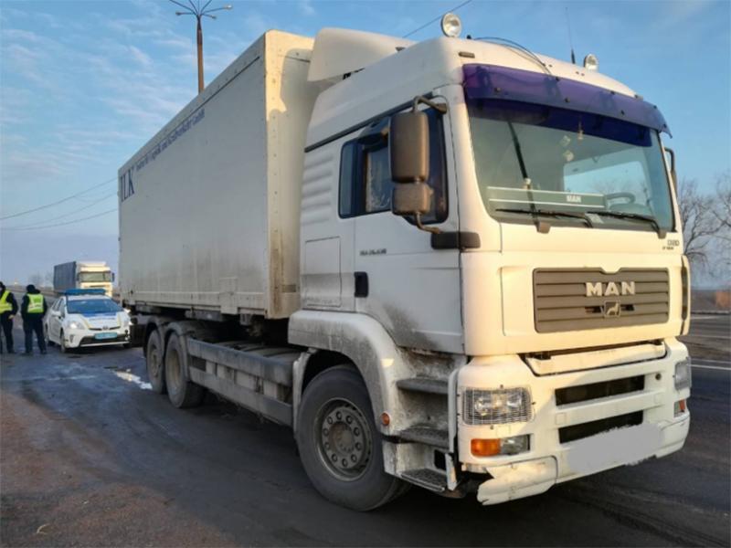 Замість меблів у вантажівці на Херсонщині знайшли бочки зі спиртом
