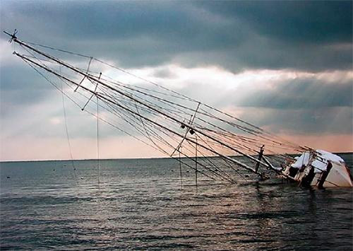 В море у Скадовска опрокинулось туристическое судно – есть жертвы