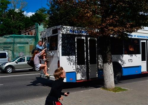 Выбирайте херсонцы: ездить в городском транспорте или купить продукты