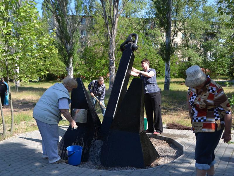 Оппозиционный блок организовал по всей области предпраздничную уборку мемориалов победителям фашизма