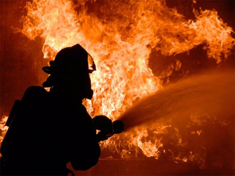 Детский аттракцион и машина охранной фирмы сгорели в Геническе