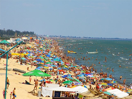 """Азовське море """"закипіло"""" від курортників"""