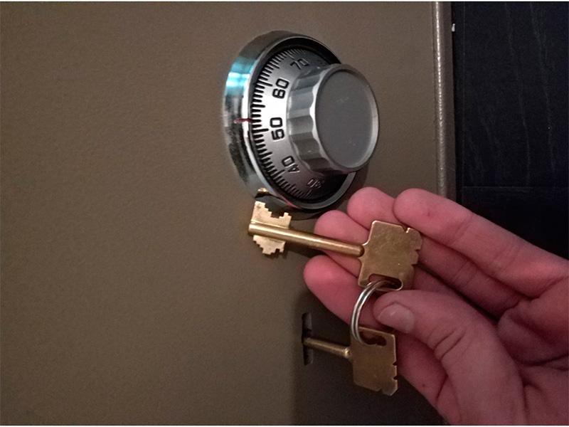 Ключ от сейфа с деньгами в Каховке оставили вору