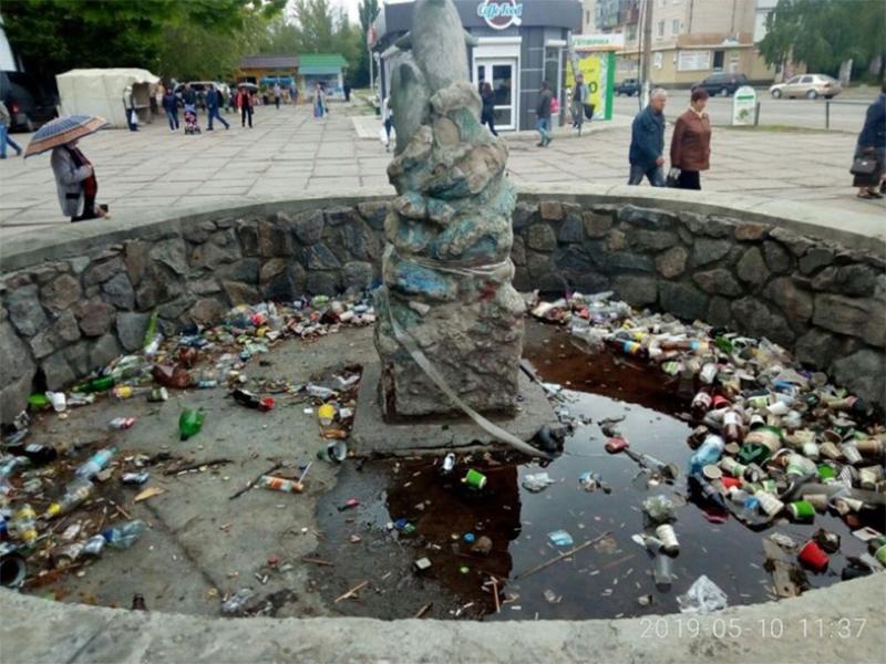 Жители Херсонщины превратили фонтан в мусорку