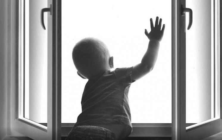 Малюк випав з вікна херсонської багатоповерхівки