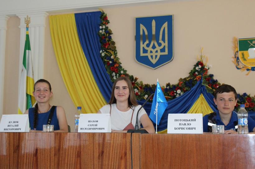 Олешковских гимназистов пустили посидеть в президиуме райсовета