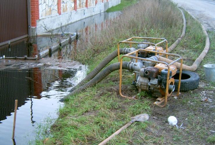На трубопровод, который откачивает воду из ставшей зоной бедствия Новой Маячки, уже дважды нападали
