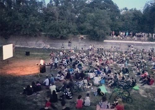 У Херсоні озеро перетворили на кінотеатр