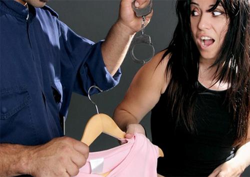 В Херсоне уборщица магазина воровала женские вещи