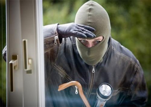 В поисках работы ранее судимый обокрал дом и угнал автомобиль