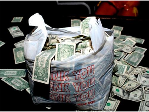 На Херсонщині здобиччю зловмисника стали 32 тисячі доларів США та набір з шести золотих прикрас