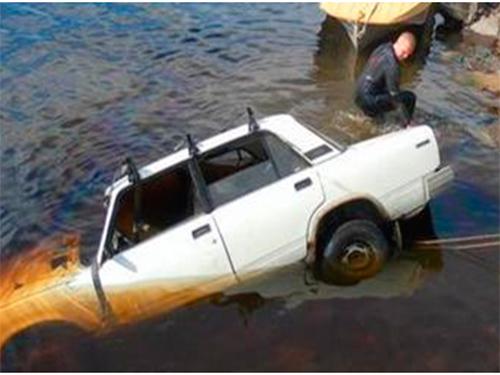 Автомобиль с трупами нашли в канале на Херсонщине