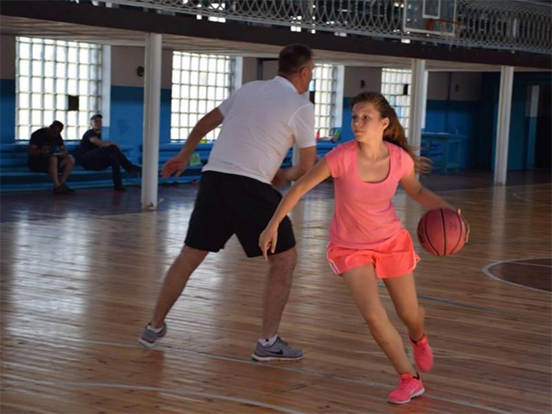 Як в Генічеську тренуються юні баскетбольні зірки
