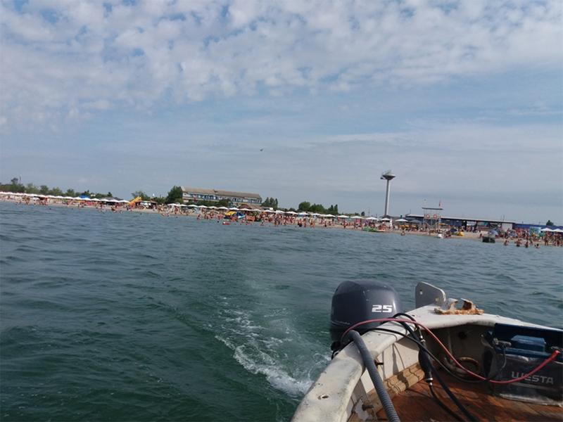 С Лазурного до Джарылгача на баркасе 20 минут хода… (фото)