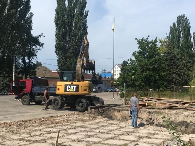 В центре Скадовска возводят новый фонтан
