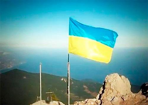 Священні кольори нашого прапору консолідують  українську громаду