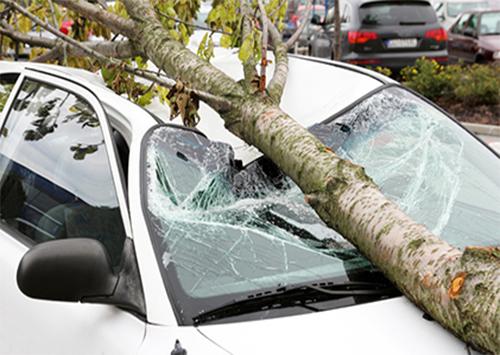 На машины херсонцев валятся кирпичи и деревья