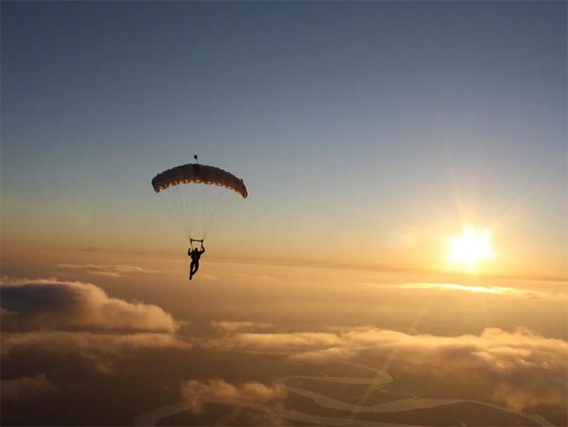 На Арабатці розбився парашутист