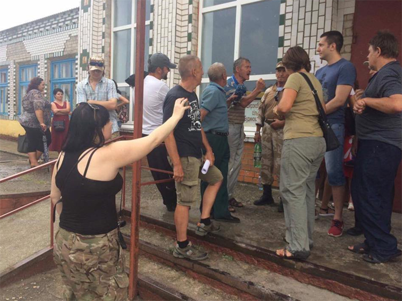 На Херсонщине  «активисты» преследуют Оппозиционный блок