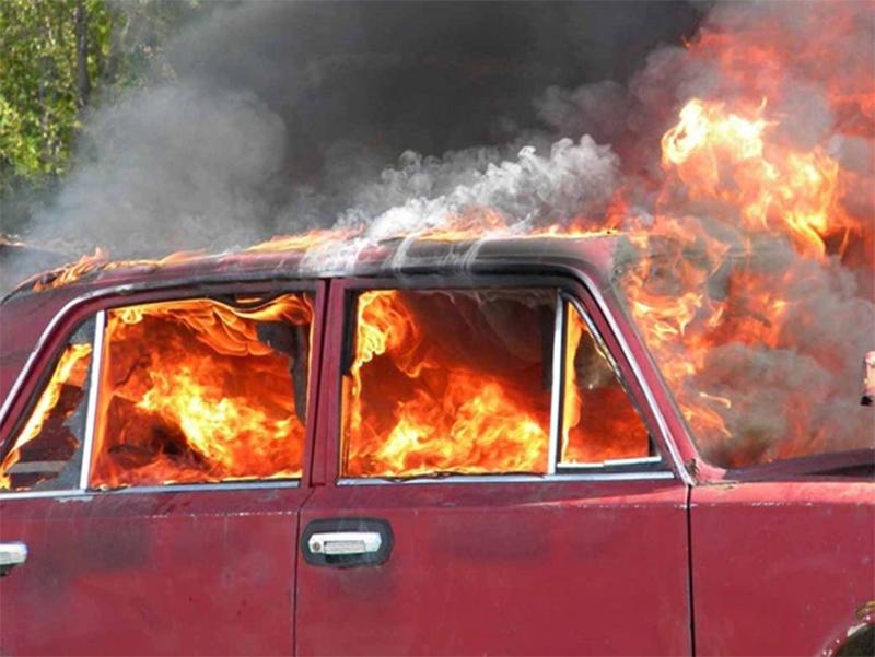 Машина с водителем загорелась посреди дороги на Херсонщине
