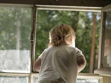 Ребенок выпал из окна на Херсонщине