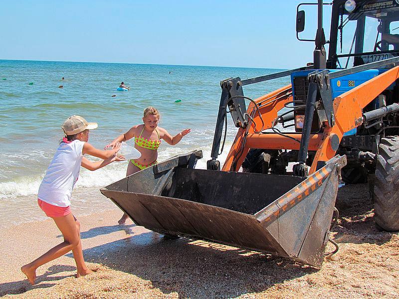 На пляжах Генічеського району прибирають медуз