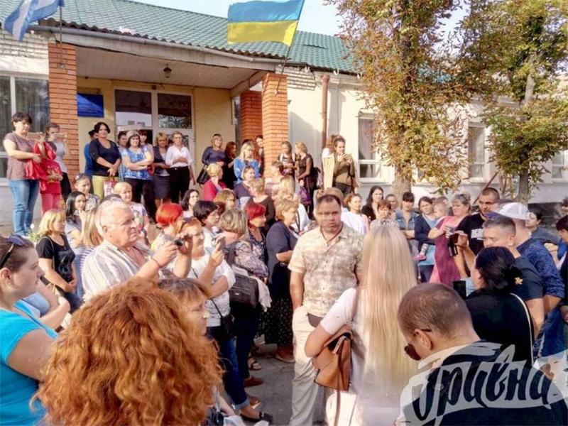 В Антоновскую школу пришли возмущенные родители и общественники