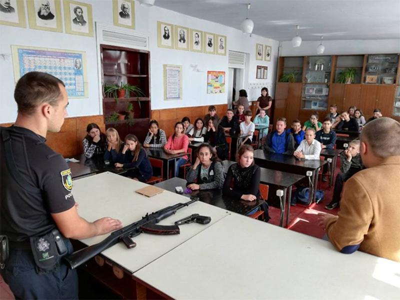 В Бериславском районе проходят уроки с автоматом на парте