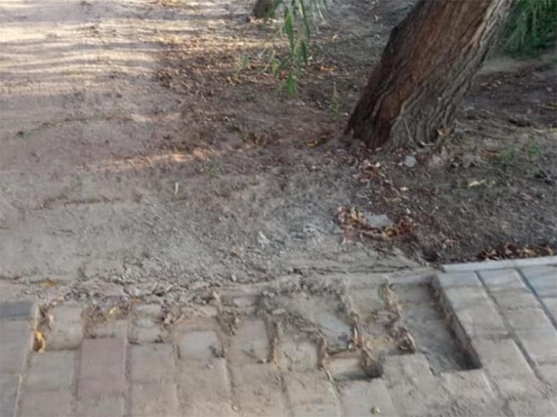В Скадовске вандалы разворовывают тротуарную плитку