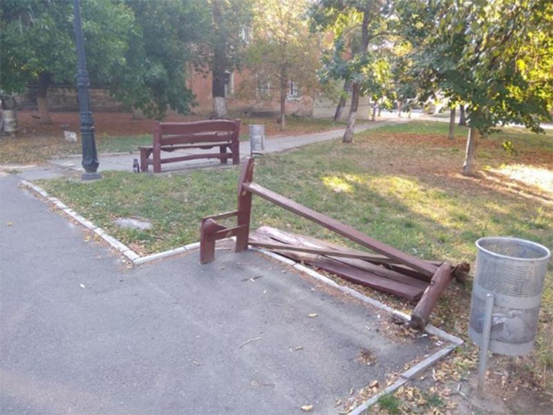 В Херсоне вандалы сломали лавочку в парке